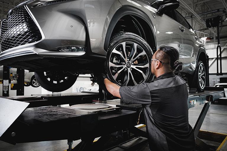 Mécanicien Lexus effectuant une permutation des pneus
