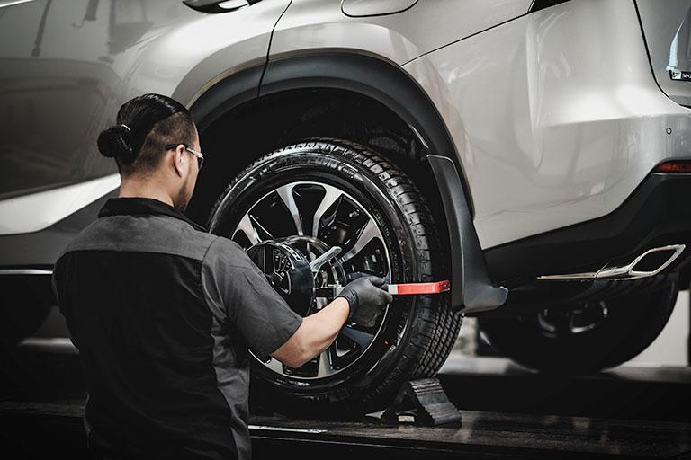 Mécanicien Lexus inspectant le réglage de la géométrie