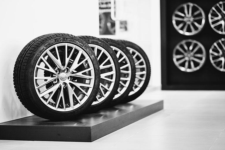 Présentoir de pneus Lexus