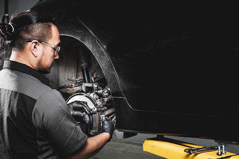 Mécanicien Lexus remplaçant des plaquettes de frein