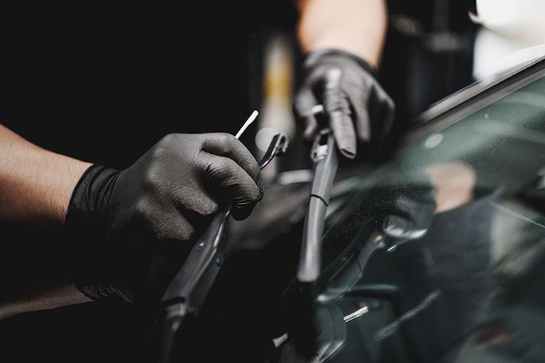 Mécanicien Lexus remplaçant des balais d'essuie-glace