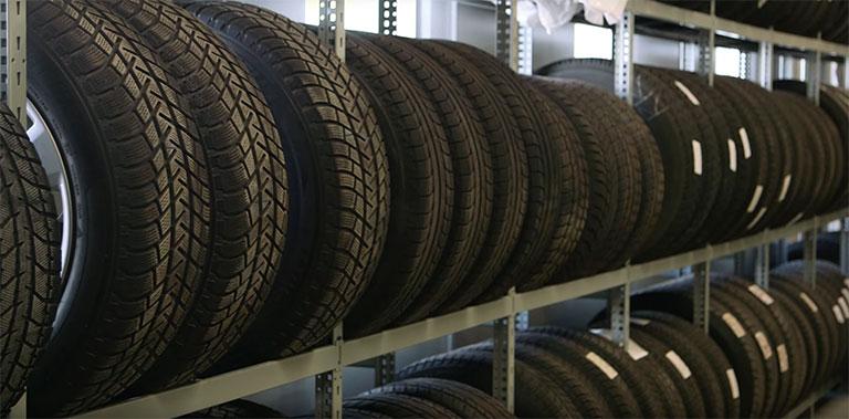 Rangées de pneus sur des étagères