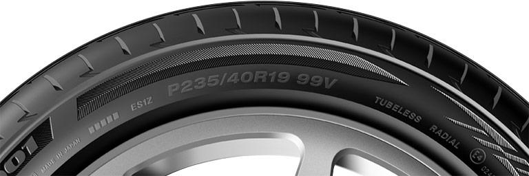 Gros plan sur les dimensions P-métrique d'un pneu de voiture de tourisme